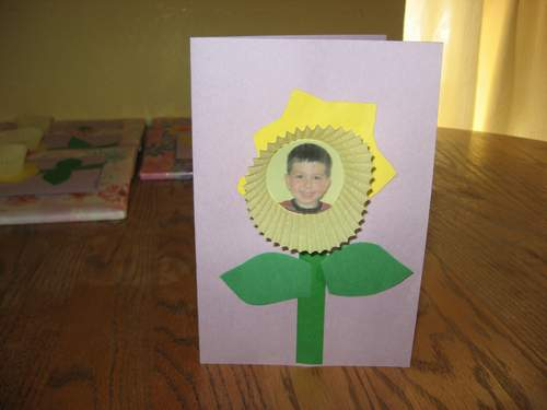 Mother 39 s day daffodil picture card craft preschool for Mothers day cards from preschoolers